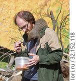 Купить «Moscow zoo. Zookeeper wiith Banded mongoose (Mungos mungo). Delicious caterpillar», фото № 32152118, снято 29 августа 2019 г. (c) Валерия Попова / Фотобанк Лори