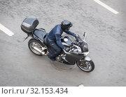 Motorcyclist on motorcycle moves on city. Стоковое фото, фотограф Юрий Бизгаймер / Фотобанк Лори