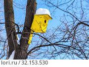 Купить «Birdhouse affixed to a tree trunk», фото № 32153530, снято 9 февраля 2019 г. (c) FotograFF / Фотобанк Лори