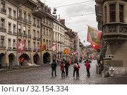 Tourists take photos at Bern street (2017 год). Редакционное фото, фотограф EugeneSergeev / Фотобанк Лори