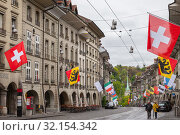 Bern, street view of Kramgasse (2017 год). Редакционное фото, фотограф EugeneSergeev / Фотобанк Лори