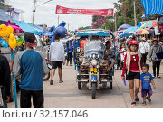 A tuk tuk at the traditional Longboat Race at the Khlong Chakarai River in the Town of Phimai in the Provinz Nakhon Ratchasima in Isan in Thailand. Thailand, Phimai, November, 2017. Стоковое фото, фотограф Zoonar.com/URS FLUEELER / age Fotostock / Фотобанк Лори