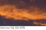 Купить «Красивые золотистые облака подсвеченные лучами солнца на закате плывут по фиолетовому небу», видеоролик № 32161878, снято 10 сентября 2019 г. (c) А. А. Пирагис / Фотобанк Лори