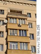 Купить «Восьмиэтажный пятиподъездный кирпичный жилой дом (1938 года постройки). Кожевническая улица, 5. Район Замоскворечье. Город Москва», эксклюзивное фото № 32166258, снято 19 ноября 2014 г. (c) lana1501 / Фотобанк Лори
