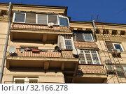 Купить «Шестиэтажный пятиподъездный кирпичный жилой дом. Построен в 1943 году. Валовая улица, 11/19. Район Замоскворечье. Город Москва», эксклюзивное фото № 32166278, снято 19 ноября 2014 г. (c) lana1501 / Фотобанк Лори