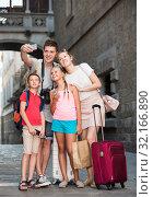 Glad family of tourists making selfie on city. Стоковое фото, фотограф Яков Филимонов / Фотобанк Лори