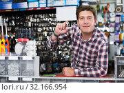 Купить «Man selling keys in hardware shop», фото № 32166954, снято 4 мая 2017 г. (c) Яков Филимонов / Фотобанк Лори