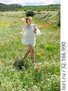 Купить «Nice girl running in field with camomile flowers», фото № 32166990, снято 9 июля 2020 г. (c) Яков Филимонов / Фотобанк Лори