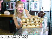Купить «girl with bracelet collection in bijouterie boutique», фото № 32167006, снято 21 сентября 2019 г. (c) Яков Филимонов / Фотобанк Лори