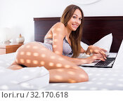 Купить «woman in bed with laptop», фото № 32170618, снято 17 сентября 2019 г. (c) Яков Филимонов / Фотобанк Лори