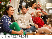friends celebrating christmas and drinking wine. Стоковое фото, фотограф Syda Productions / Фотобанк Лори