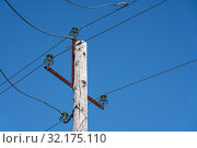 Купить «Старая деревянная опора ЛЭП с керамическим изоляторами на проводах», фото № 32175110, снято 13 сентября 2019 г. (c) А. А. Пирагис / Фотобанк Лори