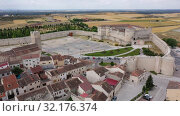 Купить «Aerial panoramic view of small Spanish town of Cuellar overlooking ancient fortified castle», видеоролик № 32176374, снято 20 июня 2019 г. (c) Яков Филимонов / Фотобанк Лори