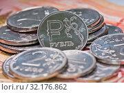 Купить «Деньги. Рублевые монетки на фоне 5000-тысячных купюр», фото № 32176862, снято 10 августа 2019 г. (c) E. O. / Фотобанк Лори