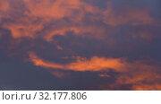 Красивые облака на закате солнца плывут по красочному небу. Стоковое видео, видеограф А. А. Пирагис / Фотобанк Лори
