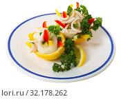 Купить «Salad of calamari, cucumber, red pepper, greens in lemon», фото № 32178262, снято 17 сентября 2019 г. (c) Яков Филимонов / Фотобанк Лори
