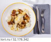 Купить «Cauliflower with potatoes and brisket meat served with cheese sauce», фото № 32178342, снято 22 октября 2019 г. (c) Яков Филимонов / Фотобанк Лори