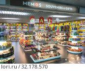 Купить «Souvenir shop at Hochiminh city International airport», фото № 32178570, снято 7 сентября 2019 г. (c) Александр Подшивалов / Фотобанк Лори
