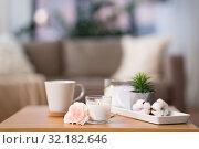 Купить «burning candle and flower bunch on wooden table», фото № 32182646, снято 12 апреля 2019 г. (c) Syda Productions / Фотобанк Лори