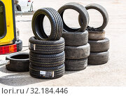 New and used car tires stacked on road (2019 год). Редакционное фото, фотограф FotograFF / Фотобанк Лори
