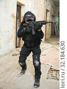 Купить «Special forces armed with machine gun ready to attack», фото № 32184630, снято 19 июня 2015 г. (c) Дмитрий Калиновский / Фотобанк Лори