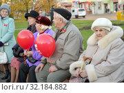 Купить «Пожилые люди с красными воздушными шариками сидят на скамейке в городском сквере. Калининград», фото № 32184882, снято 7 ноября 2017 г. (c) Ирина Борсученко / Фотобанк Лори