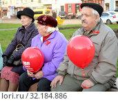 Купить «Старые люди с красными воздушными шариками сидят на скамейке в городском сквере. Калининград», фото № 32184886, снято 7 ноября 2017 г. (c) Ирина Борсученко / Фотобанк Лори