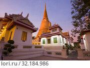 Вечерние сумерки в буддистском храме Wat Bowonniwet Vihara. Бангкок, Таиланд (2019 год). Стоковое фото, фотограф Виктор Карасев / Фотобанк Лори