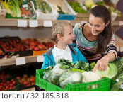 Купить «Mother with little boy buying broccoli», фото № 32185318, снято 20 апреля 2019 г. (c) Яков Филимонов / Фотобанк Лори