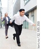 Купить «Adult employee is running away with documants from his female boss», фото № 32185350, снято 20 августа 2017 г. (c) Яков Филимонов / Фотобанк Лори