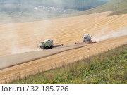 Купить «Зерноуборочные комбайны косят стерню после уборки зерна на поле, во время уборочной страды», фото № 32185726, снято 9 сентября 2019 г. (c) Светлана Попова / Фотобанк Лори