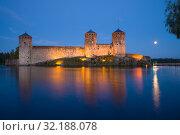 Купить «Вид на старинную крепость Олавинлинна белой июльской ночью. Савонлинна, Финляндия», фото № 32188078, снято 25 июля 2018 г. (c) Виктор Карасев / Фотобанк Лори