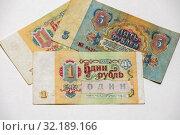 Купить «Советская банкнота номиналом 1 рубль 1961 года на фоне других денег СССР», эксклюзивное фото № 32189166, снято 15 апреля 2019 г. (c) Игорь Низов / Фотобанк Лори