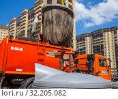 Купить «Мягкий контейнер из подземного мусорного бака выгружают в мусоровоз», фото № 32205082, снято 28 мая 2019 г. (c) Вячеслав Палес / Фотобанк Лори