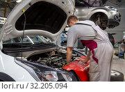 Купить «Автомеханик проводит обслуживание двигателя автомобиля», фото № 32205094, снято 30 мая 2019 г. (c) Вячеслав Палес / Фотобанк Лори