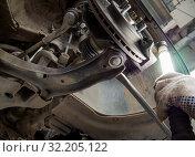 Проверка износа тормозных колодок дискового тормоза. Стоковое фото, фотограф Вячеслав Палес / Фотобанк Лори