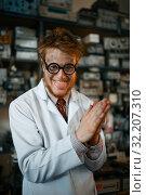 Купить «Crazy male scientist conducts a test in laboratory», фото № 32207310, снято 17 июня 2019 г. (c) Tryapitsyn Sergiy / Фотобанк Лори
