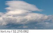 Облака плывут по небу на фоне голубого неба. Красивый летний time lapse. Стоковое видео, видеограф А. А. Пирагис / Фотобанк Лори