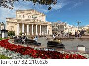 Туристы на площади возле Большого театра в солнечный летний день (2019 год). Редакционное фото, фотограф Наталья Волкова / Фотобанк Лори