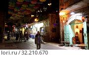 Купить «Улица Йоэль Моше Саломон в Иерусалиме в историческом районе Нахалат Шива, декорированная яркими разноцветными зонтиками, Израиль», видеоролик № 32210670, снято 23 сентября 2019 г. (c) Наталья Волкова / Фотобанк Лори