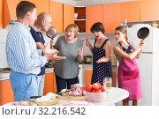 Купить «Women scolding husbands», фото № 32216542, снято 17 августа 2019 г. (c) Яков Филимонов / Фотобанк Лори