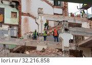 Купить «Аккуратный демонтаж старого высотного здания без повреждения соседнего строения», фото № 32216858, снято 5 августа 2019 г. (c) Наталья Николаева / Фотобанк Лори