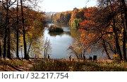 Купить «People walk along the pond in the autumn park», видеоролик № 32217754, снято 25 сентября 2019 г. (c) Наталья Волкова / Фотобанк Лори