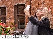 Two girls take a selfie with duck face. Стоковое фото, фотограф Евгений Харитонов / Фотобанк Лори