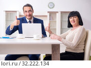 Купить «Male real estate agent and female client in the apartment», фото № 32222134, снято 12 апреля 2019 г. (c) Elnur / Фотобанк Лори