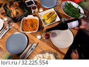 Millennial adult friends celebrating Thanksgiving together at home . Стоковое фото, агентство Wavebreak Media / Фотобанк Лори