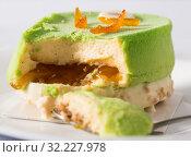 tasty pistachio cake with caramel cream. Стоковое фото, фотограф Татьяна Яцевич / Фотобанк Лори