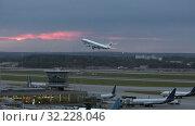 Купить «An early flight», видеоролик № 32228046, снято 15 октября 2019 г. (c) Данил Руденко / Фотобанк Лори