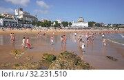 Купить «Beach in Santander, Spain. Resort town known for its sandy beach», видеоролик № 32231510, снято 14 июля 2019 г. (c) Яков Филимонов / Фотобанк Лори