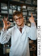 Купить «Strange scientist shows signs with fingers in lab», фото № 32231554, снято 17 июня 2019 г. (c) Tryapitsyn Sergiy / Фотобанк Лори